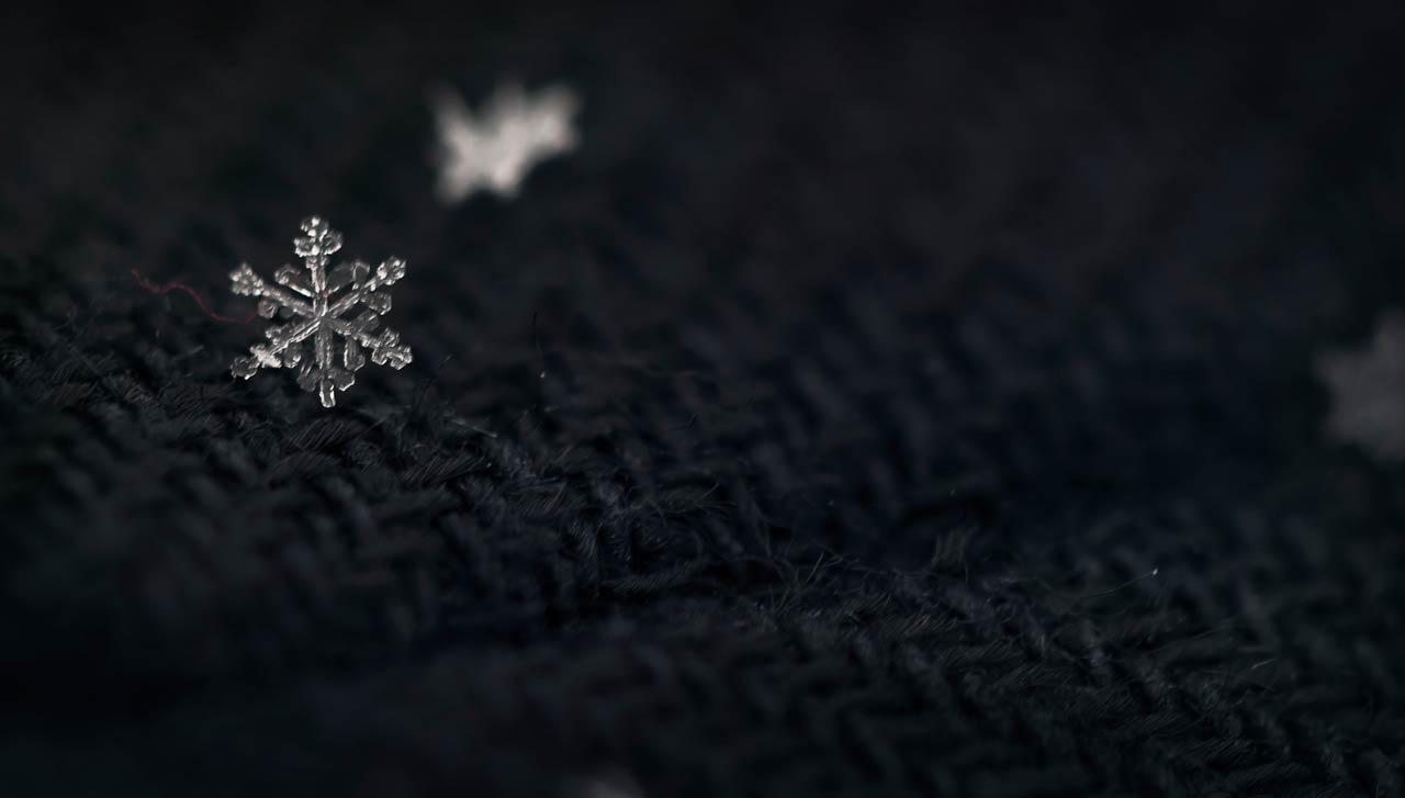 perfekte Schneeflocke mit rotem Schal